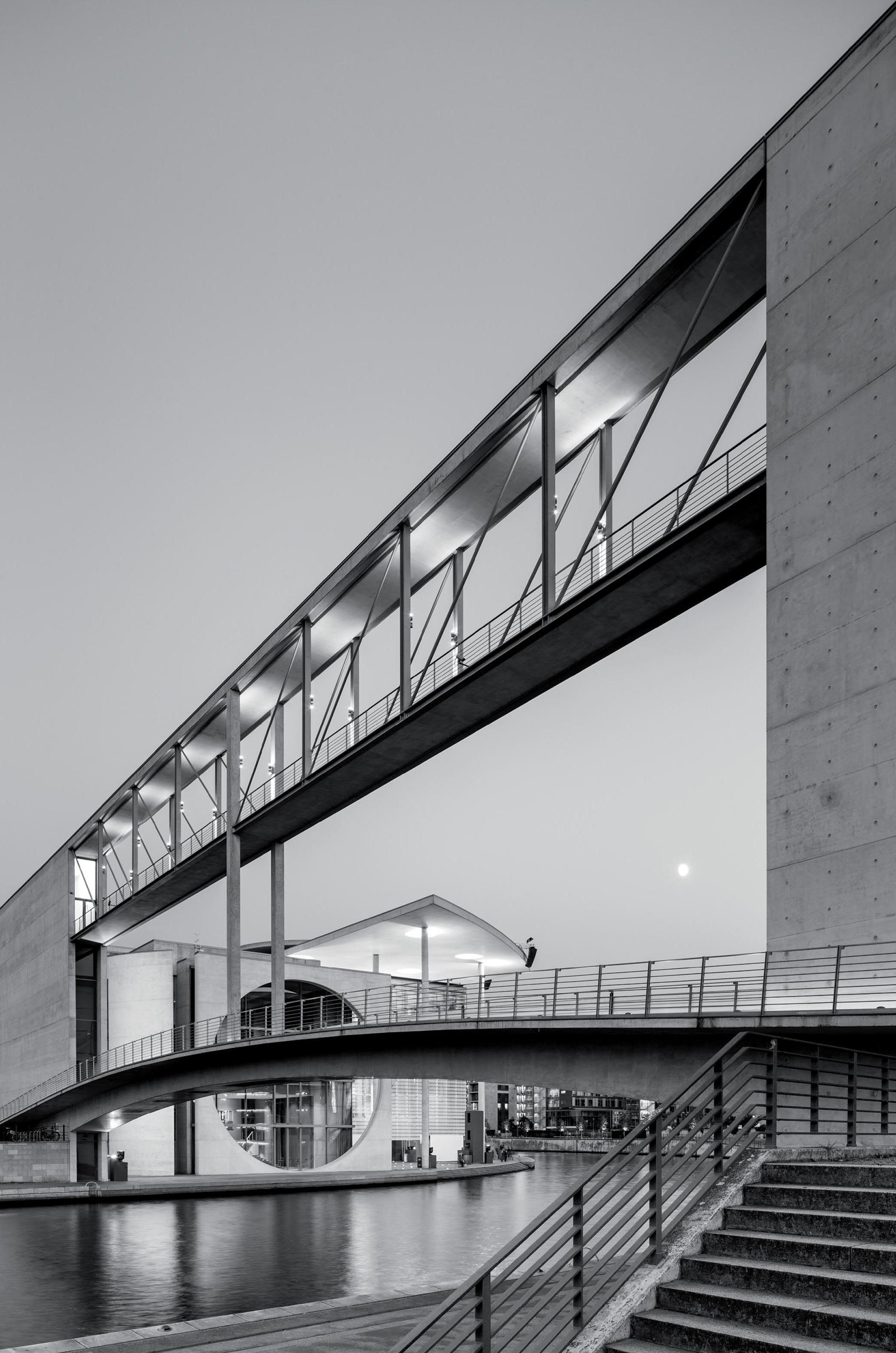 Fußgängerbrücke über die Spree am Bundestag in Berlin (Abgeordnetenbrücke)