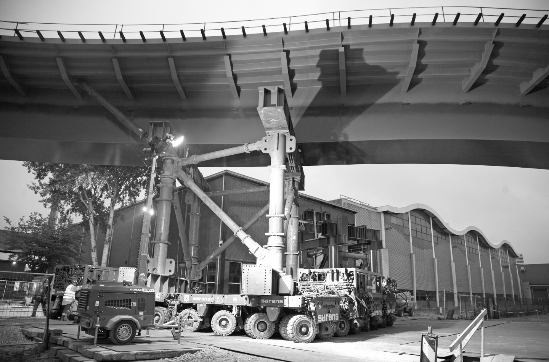 Neubau einer Straßenbrücke über den Bahnhof in Zwolle (NL) - Mittelfahrwerk beim Einfahren