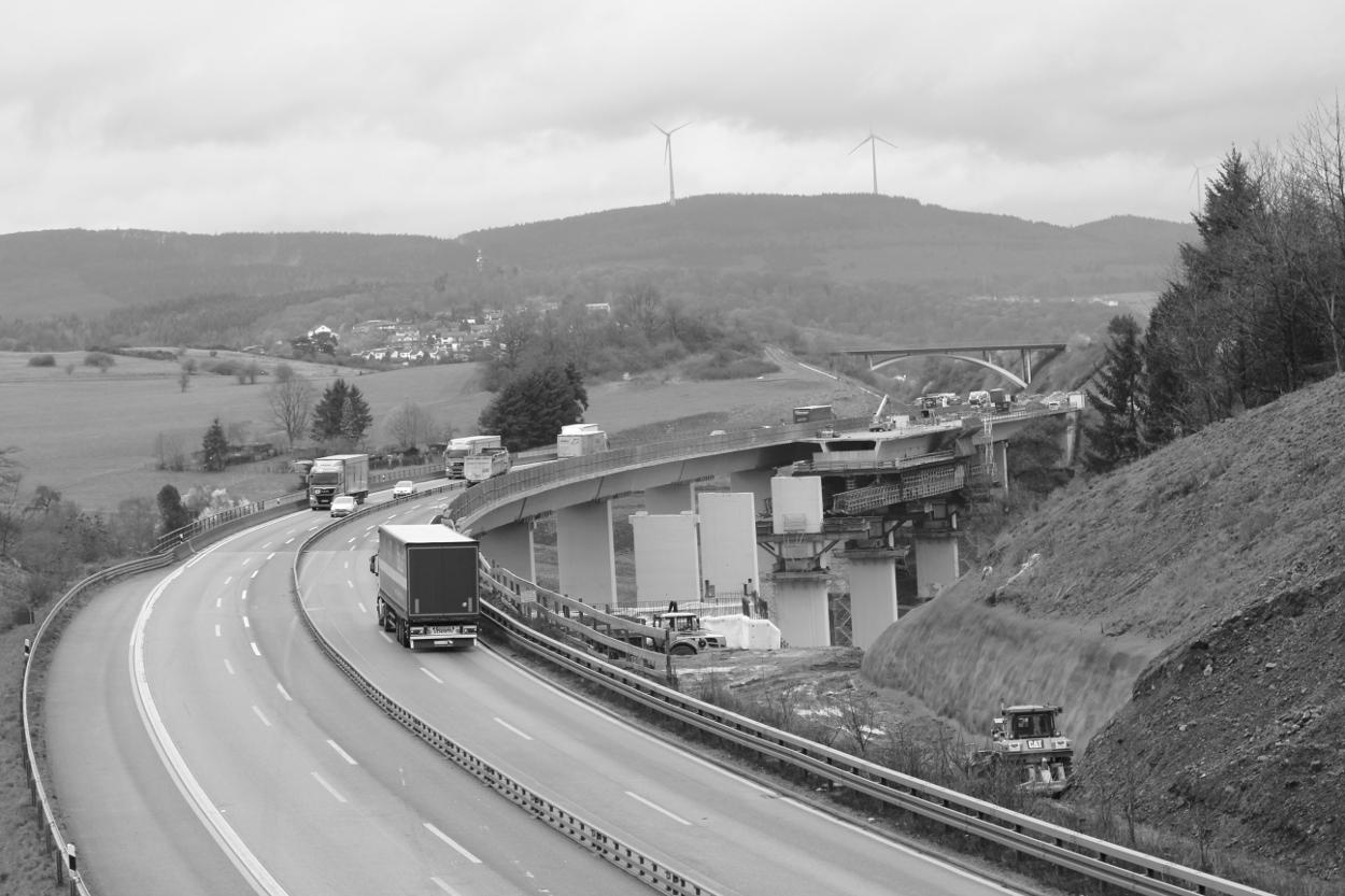 A45 mit Bauwerk im Hintergrund